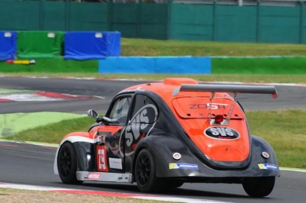 Funcup2015-12-H-de-Magny-Cours-Pas-de-chance-pour-la-29-qui-se-fera-arracher-une-roue-par-un-autre-concurrent-sous-safety-car-Photo-Daniel-Noly
