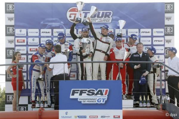 GT-TOUR-2015-VAL-DE-VIENNE-Le-podium-de-la-1ére-course-avec-les-pilotes-de-l-Equipe-STRATEGIC-d-Yves-COURAGE-victorieux-devant-ceux-de-la-PORSCHE-IMSA-et-la-FERRARI-AKKA-ASP
