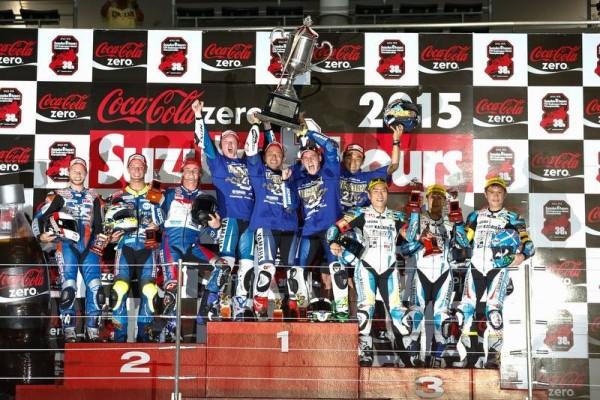 MOTO-20²15-8-HEURES-DE-SUZUKA-Le-podium-avec-les-pilotes-YAMAHA-FACTORY-VICTORIEUX