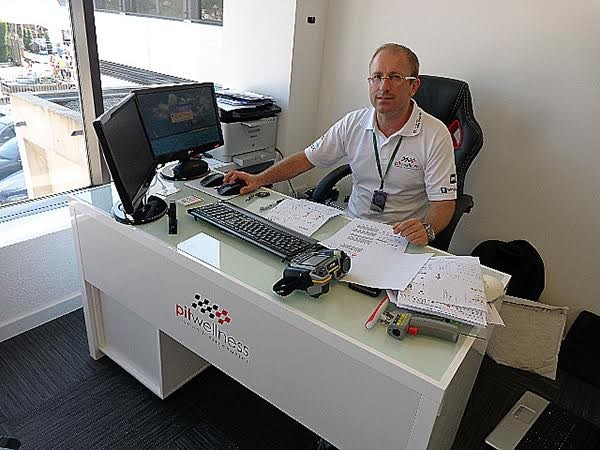 PITWELLNESS- Florent à son bureau désormais installé sur le circuit Paul Ricard -Photo autonewsinfo