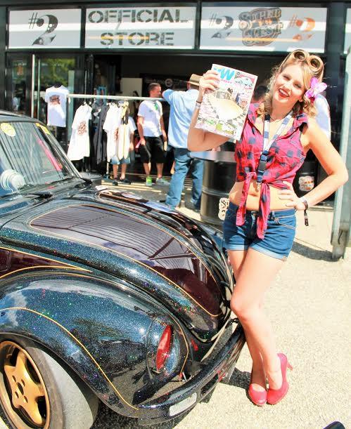 Super-VW-Fest-2015-Alysson-ambassadrice-du-Festival-devant-sa-voiture-CHERRY-HOTCHO.-Photo-Emmanuel-LEROUX
