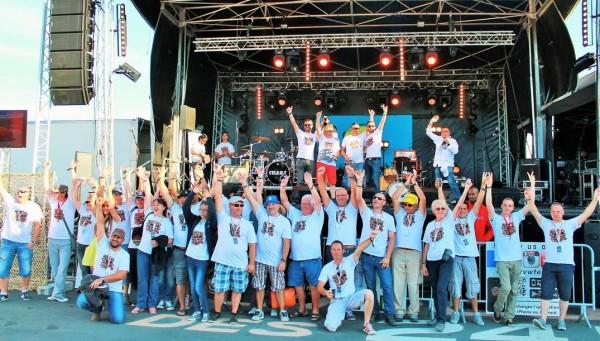 Super-VW-Fest-2015-Les-organisateurs-avec-une-partie-des-bénévoles.-Photo-Emmanuel-LEROUX.