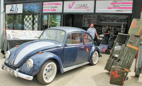 Super-VW-Fest-2015-Stand-Démonstration-de-pose-dautocollant-Photo-Emmanuel-LEROUX