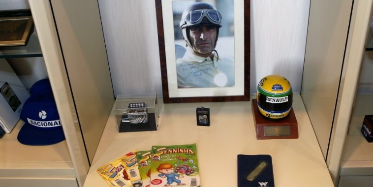 EXCLUSIF : Pour le 20ème anniversaire du premier titre de Champion du Monde de Formule un, d'Ayrton SENNA (30 octobre 1988 à Suzuka), sa sœur Viviane nous a accordé le privilège d'ouvrir son  bureau privé, ce mardi 28 octobre 2008. Cette pièce est demeurée en l'état depuis ce lundi 11 avril 1994, date à laquelle le triple champion du monde quitta Sao Paulo pour l'Europe. Son voyage en Europe comprenait évidemment le Grand Prix de San Marin à Imola en Italie, le dimanche 1er mai 1994. Mais à 14h18, Ayrton Senna s'écrasait dans le virage de Tambourello.  EXCLUSIVE : On occasion of the 20th anniversary of Ayrton Senna's first F1 world championship (30 October 1988 at Suzuka), his sister Viviane kindly opened up his private office to us on Tuesday 28 October 2008. The office has been kept in the same state it was in on Monday 11 April 1994, the date the triple world champion left Sao Paulo for Europe and before the tragic accident at Imola on Sunday 1 May 1994 when at 2.18pm, Ayrton Senna crashed and lost his life at the Tambourello corner. *** Local Caption *** _B3A4343-20081028 SENNA