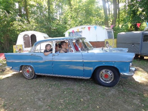 CAMPING RETRO LA GAMBIONNE - La famille ROCHE arrive avec sa SIMCA CHAMBORD