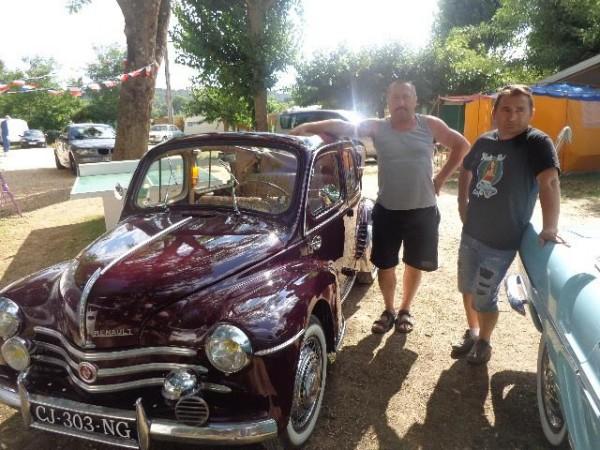 CAMPING RETRO LA GAMBIONNE a GOUDARGUES dans le GARD - Les heureux propriétaires des 4CV Cab et CARAVELLE RENAULT