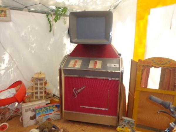 CAMPING-RETRO-LA-GAMBIONNE-a-GOUDARGUES-dans-le-GARD-Vue-du-petit-musée-consacré-aux-années-60-