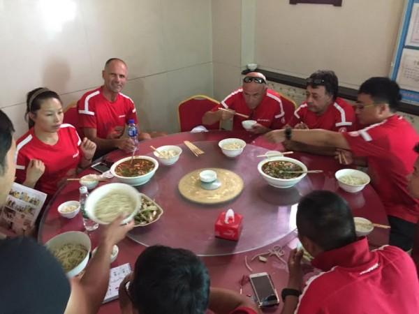 CHINA-SILK-ROAD-RALLY-L-equipe-HAVAL-entoure-le-vainqueur-de-létape-le-chinois-Han-Han-Wei-