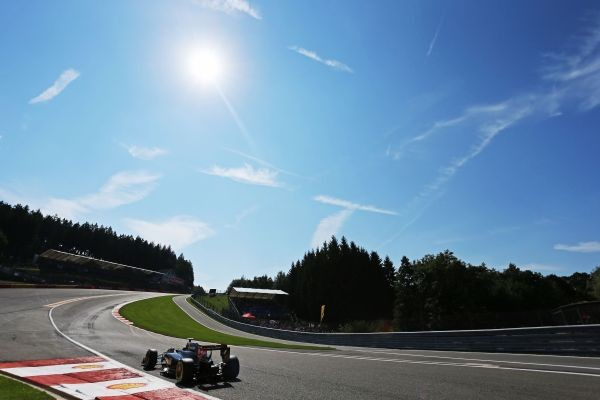 F1-2015-SPA-La-LOTUS-MERCEDES-de-ROMAIN-GROSJEAN-dans-le-raidsillon-de-l-eau-rouge