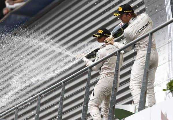 F1-2015-SPA-Le-PODIUM-avec-un-nouveau-double-des-pilotes-MERCEDES.