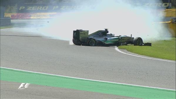 F1-2015-SPA-un-petit-miracle-vendredi-21-aout-lors-de-la-seconde-session-de-essais-libres-a-Spa-pour-Nico-ROSBERG-pneu-eclaté-sur-sa-MERCEDES-et-à-plus-de-300-a-l-heure