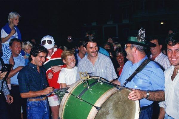 GUY LIGIER à la Grosse Caisse avec a ses cptes MANSELL et deCESARIS un soir au GP d'AUTRICHE à ZELTWEG en aout 1985 à PBDACH devant l'Auberge chez EVA Photo Bernard BAKALIAN