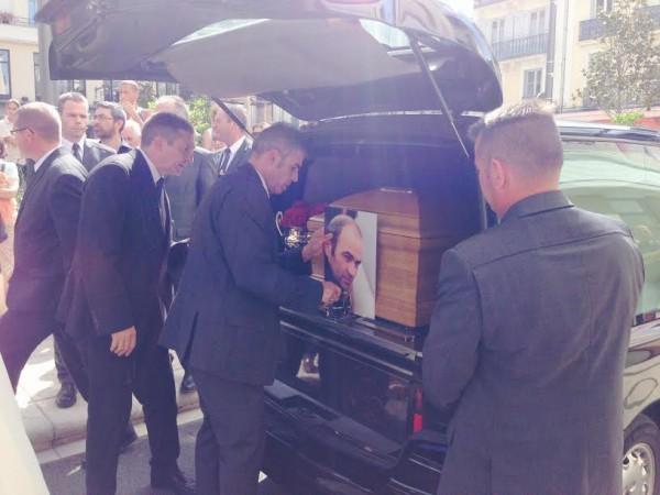 OBSEQUES-DE-GUY-LIGIER-A-la-sortie-de-la-ceremonie-le-cercueil-va-prendre-la-route-du-cimetiere-de-CUSSET-Photo-Jean-Louis-BONNEFOND-autonewsinfo