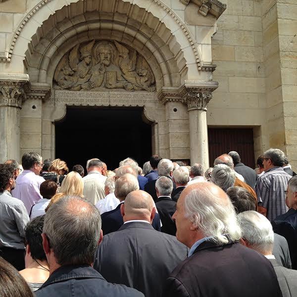 OBSEQUES DE GUY LIGIER La foule assistea la ceremonie dehors devant Eglise de VICHY le 28 aout 2015