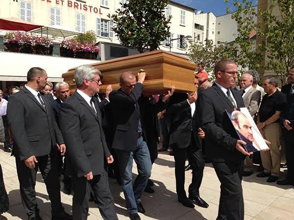 OBSEQUES-DE-GUY-LIGIER-Le-cercueil-porté-par-ses-anciens-pilotes-arrive-devant-Eglise-de-VICHY-le-28-aout-2015