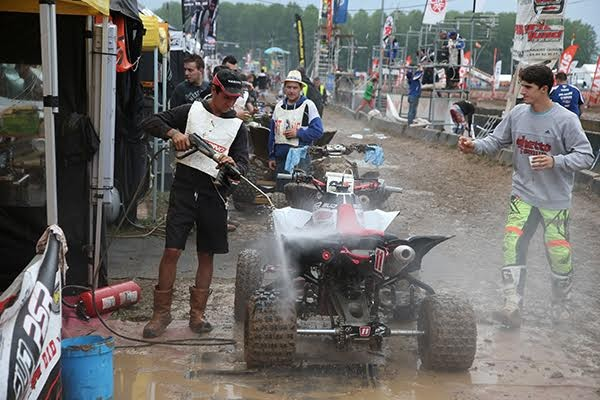 QUAD-2015-PONT-DE-VAUX-Sous-la-pluie-les-assistances-ne-manquauent-pas-de-boulot
