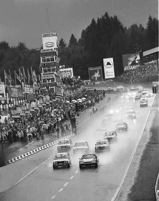 SPA-2015-Départ-24-Heures-Spa-Francorchamps-1982-avec-la-Tour-UNIROYAL-qui-émerge-en-arrière-plan-©-Manfred-GIET