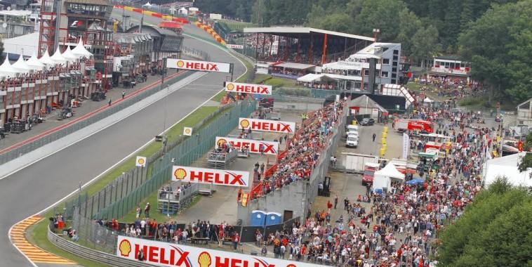 SPA-2015-GP-de-Belgique-de-F1-2013-la-Tour-Uniroyal-occultée-par-le-sigle-de-la-F-1-©Manfred-GIET