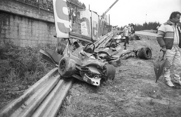 Spa-Francorchamps-1982-manche-européenne-de-F2-Un-cimetière-de-voitures-dans-le-raidillon-dont-celle-de-Bellof-©-Manfred-GIET.