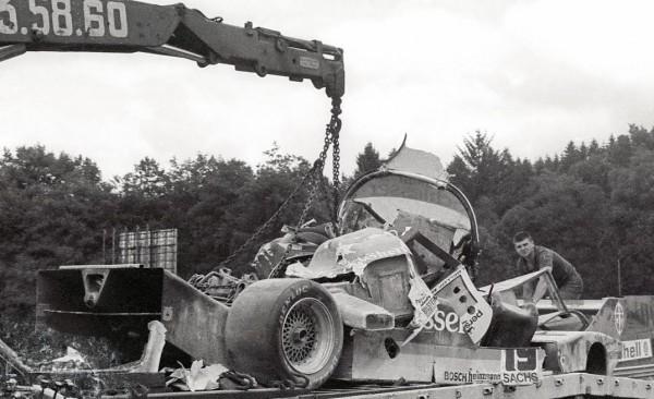 Stefan-BELLOF-Accident-1000-KM-SPA-01-09-1985-ce-qui-reste-de-sa-Porsche-©-Manfred-GIET.