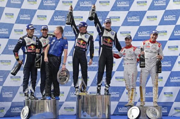 WRC-2015-FINLANDE-Les-vainqueurs-LATVALA-ANTTILA-VW-POLO-WRC-sur-la-plus-haute-marche-du-podium-avec-OGIER-et-OSTBERG