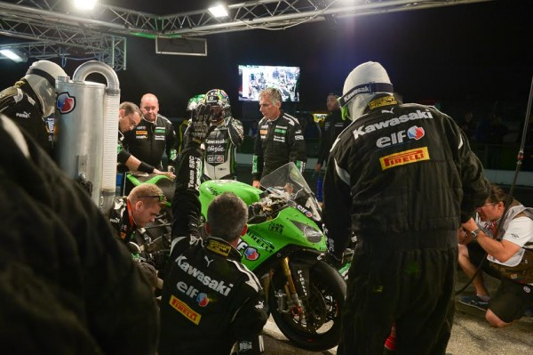 BOL-D-OR-2015-PAUL-RICARD-Ravitaillement-de-nuit-Stand-KAWASAKI-Photo-Antoine-CAMBLOR.