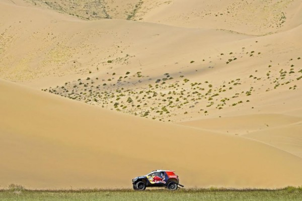 CHINA-SILK-ROAD-RALLY-2015-Le-2008-DKR-Peugeot-dans-un-décor-de-rêve. PETERHANSEL - COTTRET - PEUGEOT 2008 DKR during the 2015 China Silk Road rally, stage 5, from E Ji Na Qi to Axla Zochi on september 3rd 2015, China. Photo Eric Vargiolu / DPPI