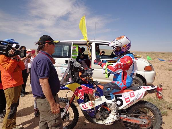 CHINA-SILK-ROAD-RALLY-2015 Le champion moto du jour Monleon avec Hubert Auriol et la TV Chinoise toujours très présente quotidiennement