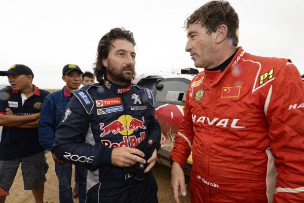CHINA-SILK-ROAD-RALLY-2015-On-echange-ses-impresssions-entre-co-pilotes-CASTERA-et-GARCIN - Photo Eric Vargiolu - DPPI