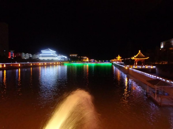 CHINA-SILK-ROAD-RALLY-La-ville-de-DUNHUANG-by-night