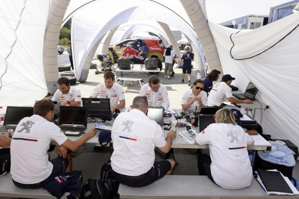 CHINA-SILK-ROAD-RALLY-Le-staff-PEUGEOT