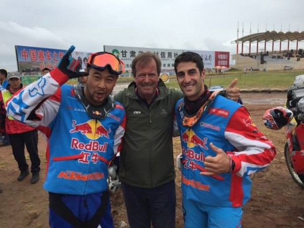 CHINA-SOLKROAD-RALLY-2015-6-le-team-Red-Bull-KTMR2R-Star-avec-Zhao-Hongyi-et-Monleon-Hernandez-en-tête-du-classement-moto