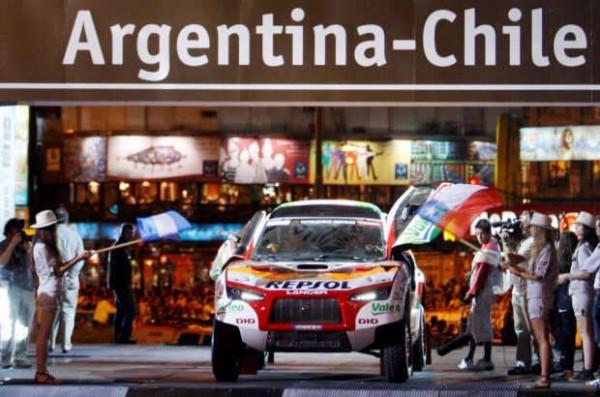 Fin des bonnes relations avec le CHILI et l'ARGETINE pour le DAKAR et ASO. Ici le MITSU de PETERHANSEL au déoart de BUENOS AIRRES en 2010