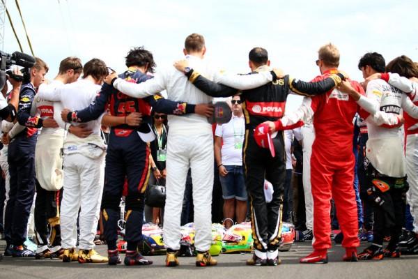 F1-2015-BUDAPEST-les-pilotes-de-F1-rendent-hommage-à-jules-bianchi-récemment-décédé-avant-le-départ-du-GP-de-HONGRIE-DIMANCHE-26-Juillet-2015 Photo by Dan Istitene/Getty Images)