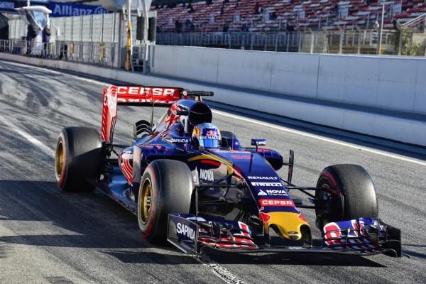 F1 2015 MONTMELO - 27 FEVRIER La TORO ROSSO de CARLOS SAINZ Jr quitte son stand - Photo MAX MALKA.