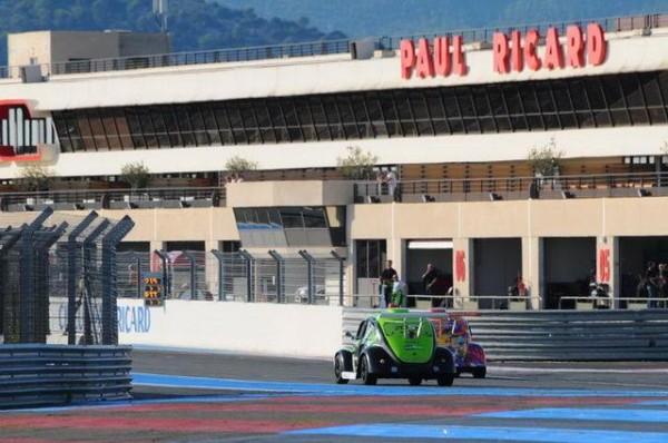 Funcup-Le-Castellet-2015-La-179-dans-la-ligne-droite-des-stands-Photo-Daniel-Noly