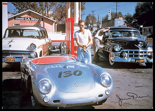 JAMES DEAN devant sa PORSCHE LITTLE BASTARD.j