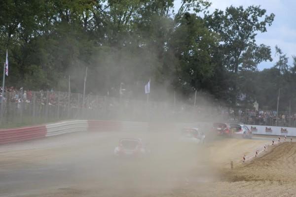 Lohéac-RX-2015-En Rallycross toujours beaucoup-de-poussières.-Photo-Emmanuel-LEROUX