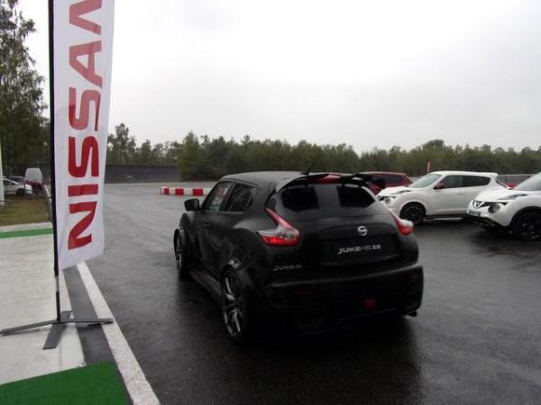 Nissan-Juke-R2.0-A-lassault-de-lanneau-de-la-piste-de-MORTEFONTAINE-sous-une-pluie-battante-Photo-Patrick-Martinoli