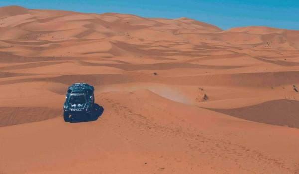 PEUGEOT-2008-DKR-Carlos-SAINZ-en-test-dans-la-région-dERFOUD-au-Maroc-le-15-septembre-2015