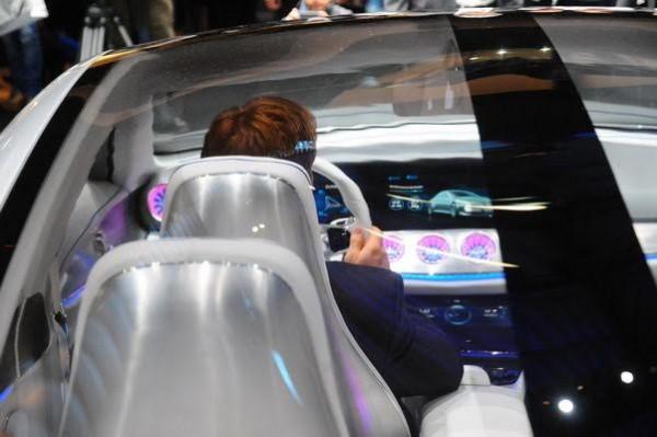 Salon-de-Francfort-2015-De-lexcentricité-dans-la-planche-de-bord-de-la-Mercedes-Concept-IAA-Photo-Patrick-Martinoli.