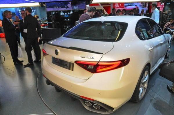 Salon-de-Francfort-2015-La-nouvelle-Alfa-Romeo-Quadrifiglio-sera-souvent-vue-sous-cet-angle-Photo-Patrick-Martinoli.
