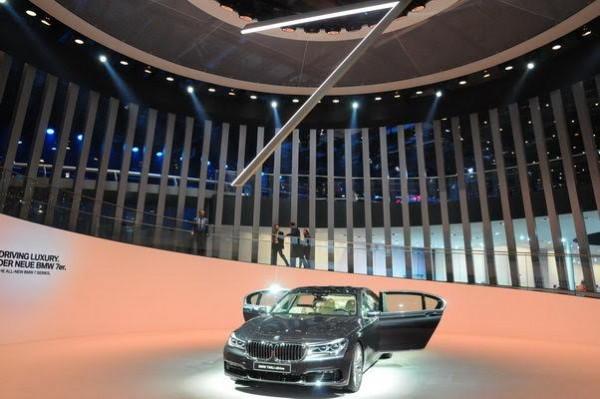Salon-de-Francfort-2015-Sous-le-signe-du-7-dès-l-entree-du-pavillon-dédié-au-groupe-BMW-Photo-Patrick-Martinoli