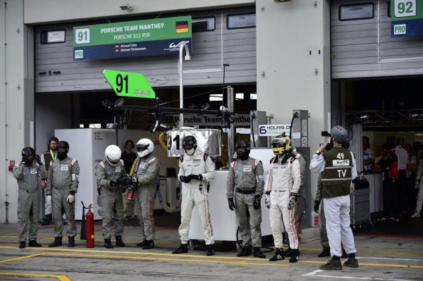 WEC 2015 NURBURGRING - Les mecaniciens du Team PORSCHE MANTHEY - Photo Max MALKA