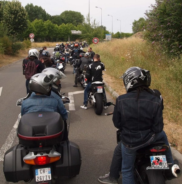 LA QUEUE DES MOTARDS 100 METRES AVANT L'ENTRÉE