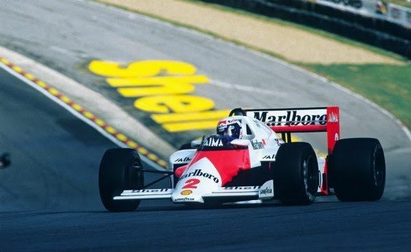 30-ANS-1er-titre-de-CHAMPION-du-MONDE-ALAIN-PROST-6-Octobre-1985-Tour-d-Honneur-au-volant-de-la-McLAREN-Photo-Bernard-BAKALIAN.