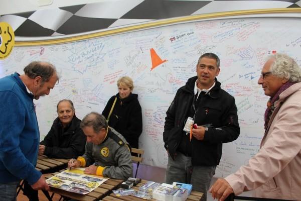 AUTOBROCANTE-2015-Derrière-Jean-qui-a-usé-quelques-crayons-un-cadre-avec-les-signatures-de-ses-nombreux-fans.-Photo-Emmanuel-LEROUX