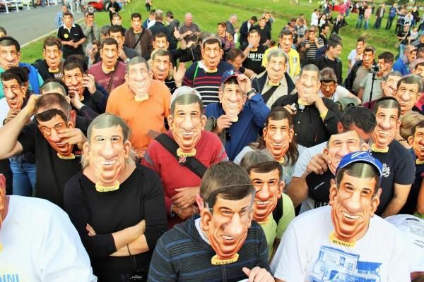 AUTOBROCANTE 2015 LOHEAC les fans portent le masque a l effigie de Jean RAGNOTTI  Photo Emmanuel LEROUX