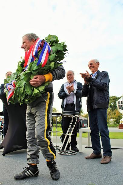 AUTOBROCANTE-2015-Le-grand-champion-Jean-RAGNOTTI-applaudu-pars-ses-fans-et-ses-amis-pilotes-Jean-VINATIER-Alain-SERPAGI-et-Jean-Pierre-JAUSSAUD-Photo-Emmanuel-LEROUX.