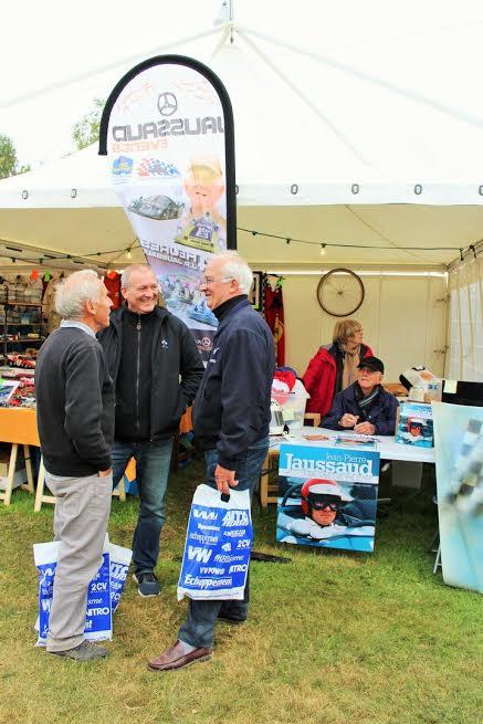 AUTOBROCANTE-2015-Les-grands-mécaniciens-Daniel-CHAMPION-et-Michel-MALLIER-papotent-aveec-Eric-Jaussaud-devant-le-stand-Jaussaud-Event-Photo-Emmanuel-LEROUX